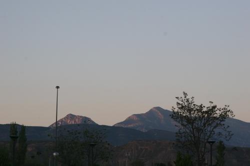 Tozal de Guara detrás del árbol, vista desde Huesca, a su izquierda Fragineto y Montidinera