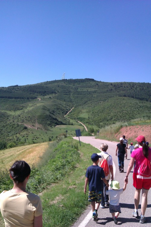 Saliendo de Torralba. Al fondo, pista de subida y alto de Aras
