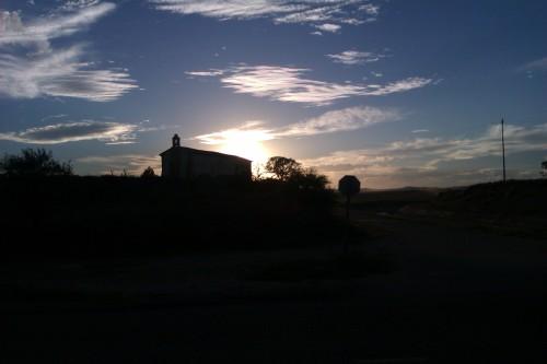 Cruzamos la carretera Huesca-Vicién, seguimos el Canal. Desconozco el nombre de la ermita.